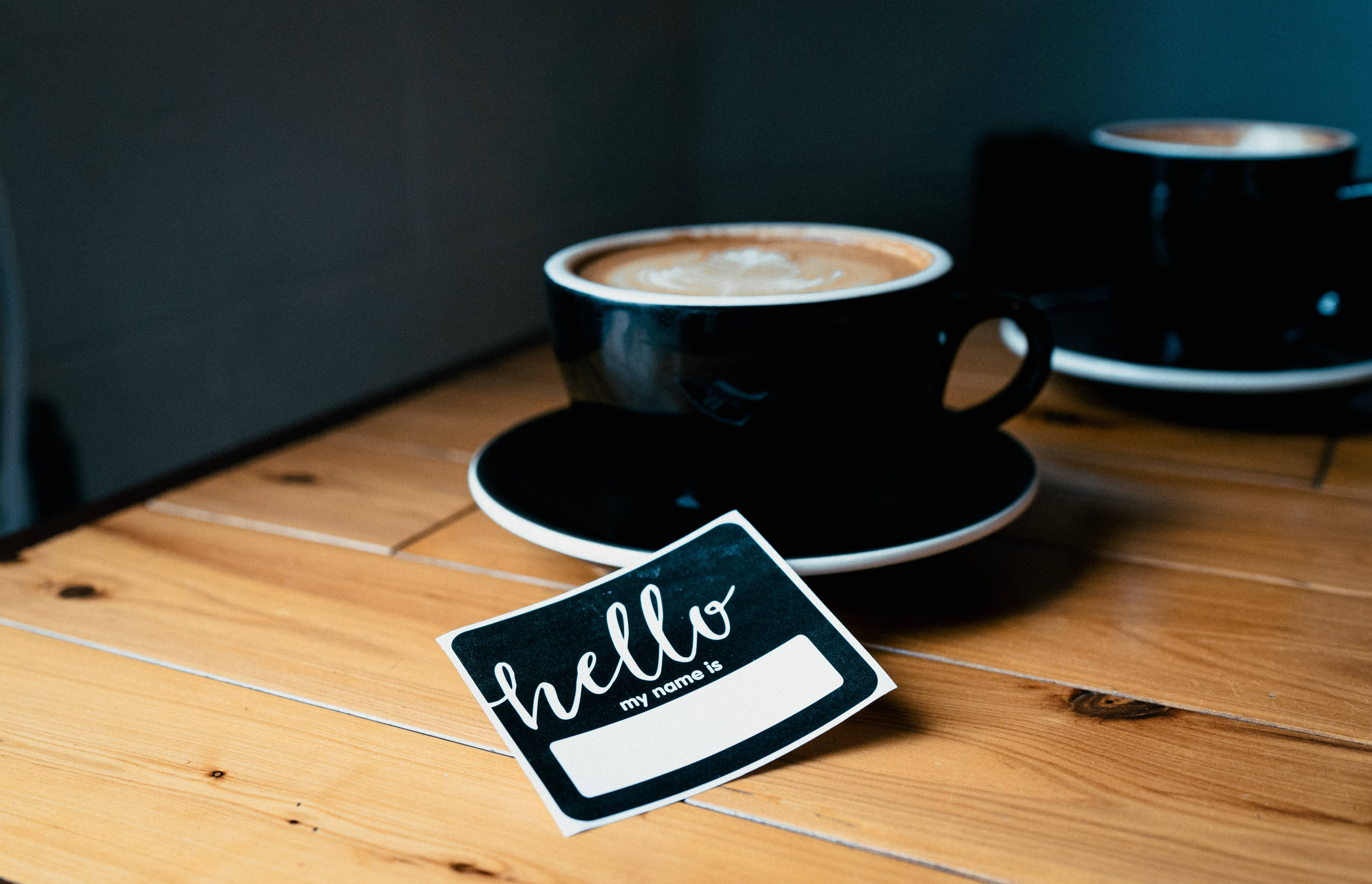 nametag - coffee - prenom anglais - credit : wordsmithmedia (unsplash)