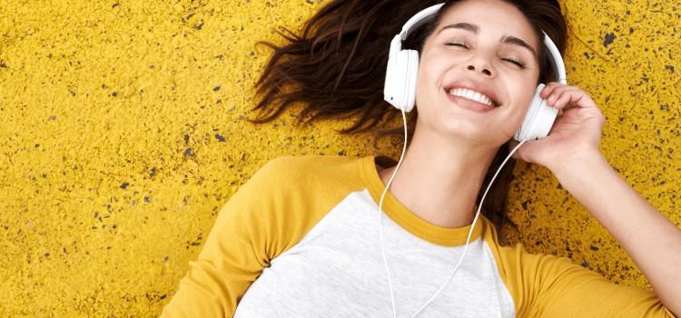 fille écouteurs allongée par terre