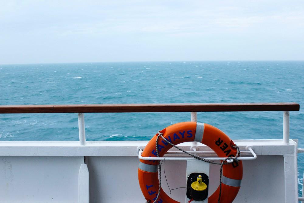 photo depuis un ferry, avec bouée - Credit: Julia Riede - Unsplash