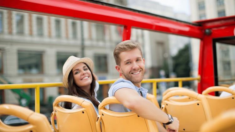 deux personnes dans un bus anglais