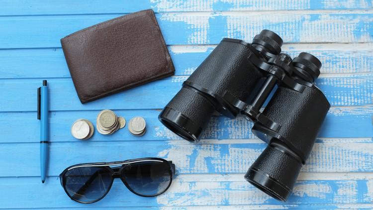 jumelles, lunettes de soleil, stylo, porte-feuille