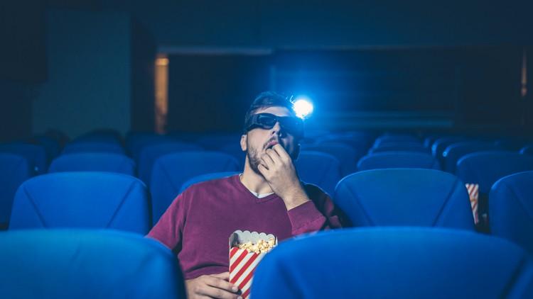 salle cinéma homme mangeant du pop corn