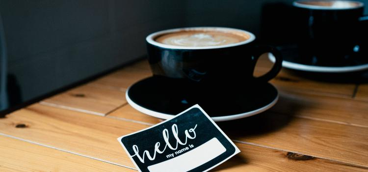 nametag - coffee - prenom anglais - credit : wordsmithmedia (unsplash)
