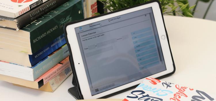 pile de livres et tablette